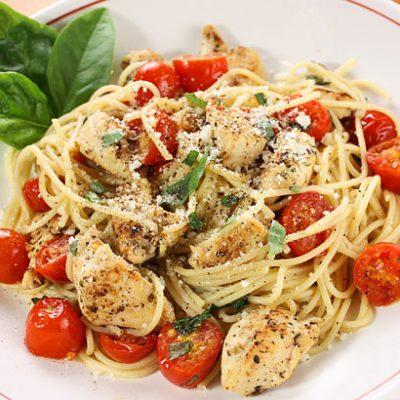 Спагетти с жареным куриным филе и помидорами - рецепт с фото