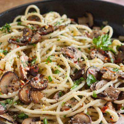 Спагетти с жареными шампиньонами и сыром - рецепт с фото