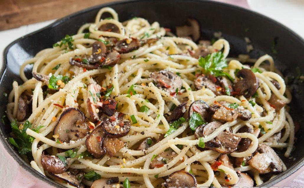 Спагетти с жареными шампиньонами и сыром