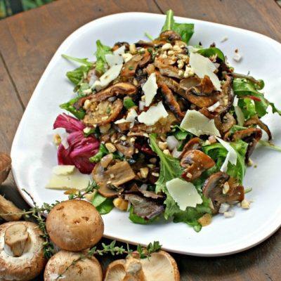 Теплый салат с грибами, орешками и пекорино - рецепт с фото