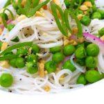 Вегетарианский салат из рисовой лапши с горошком