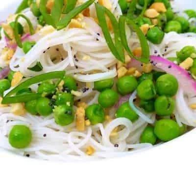 Вегетарианский салат из рисовой лапши с горошком - рецепт с фото