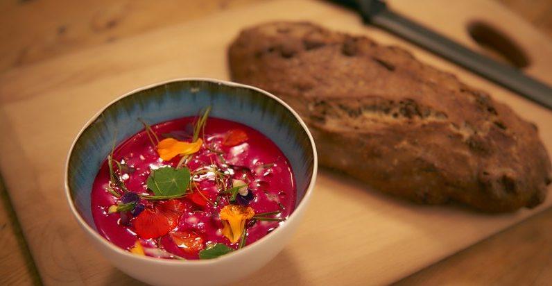 Холодный свекольный суп с йогуртом и апельсином