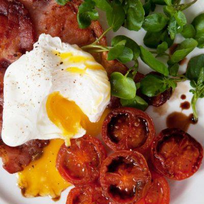 Яичница с беконом и помидорами - рецепт с фото