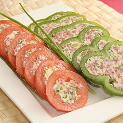 Закуска – фаршированные овощи с сыром и колбаской - рецепт с фото