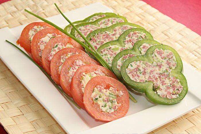 Закуска – фаршированные овощи с сыром и колбаской