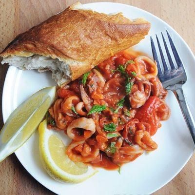 Закуска из кальмаров с помидорами и морковью - рецепт с фото