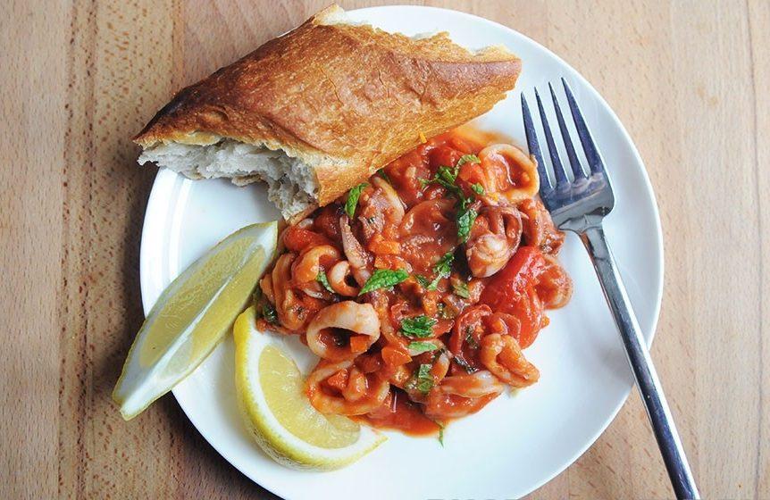 Закуска из кальмаров с помидорами и морковью