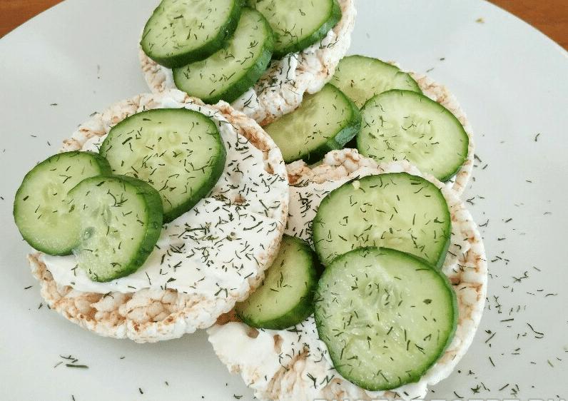 Закуска из творожного сыра и огурцов