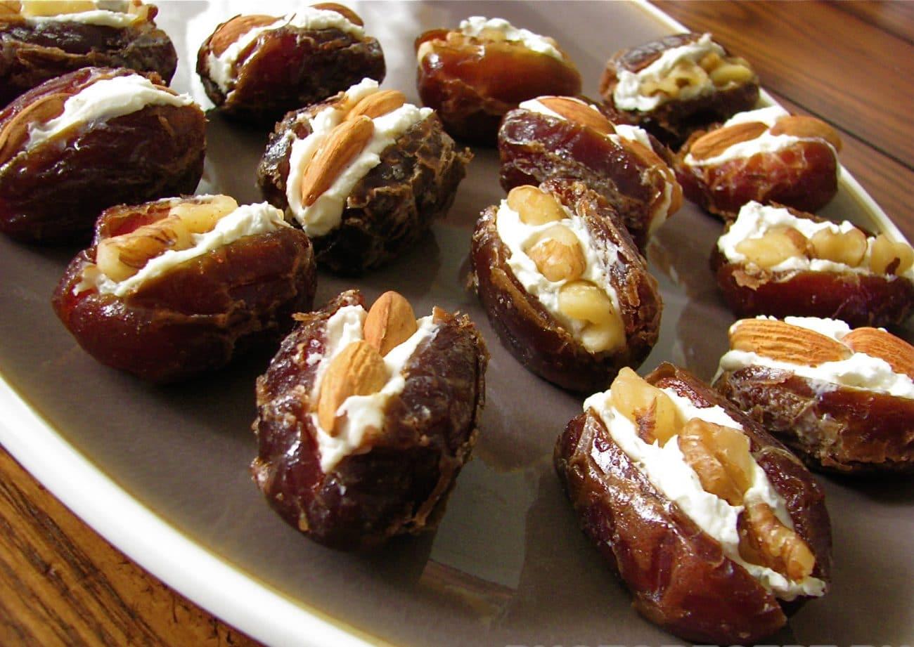 Закусочный десерт из фаршированных фиников с сыром
