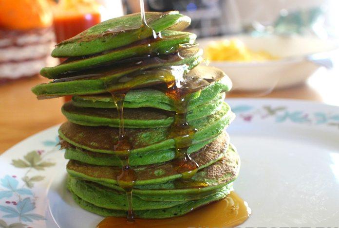 Зеленые оладьи на кефире со шпинатом