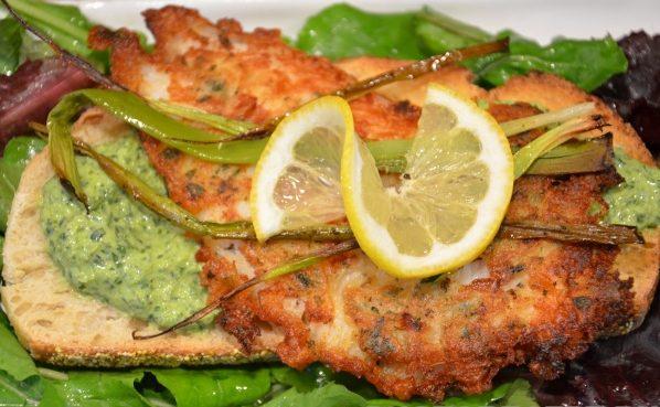 Жареная рыба в кляре с щавельным соусом