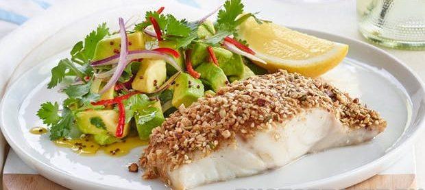 Жареная рыба в панировке с простым салатом из авокадо