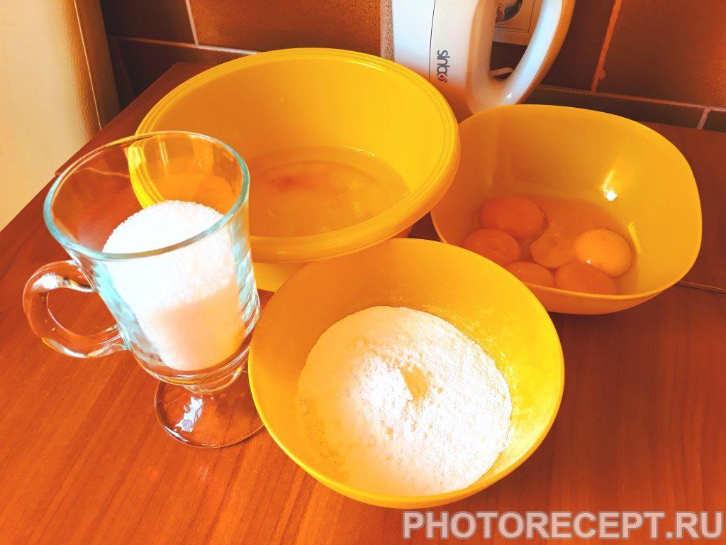 Фото рецепта - Бисквит с заварным кремом, безе и инжиром - шаг 1