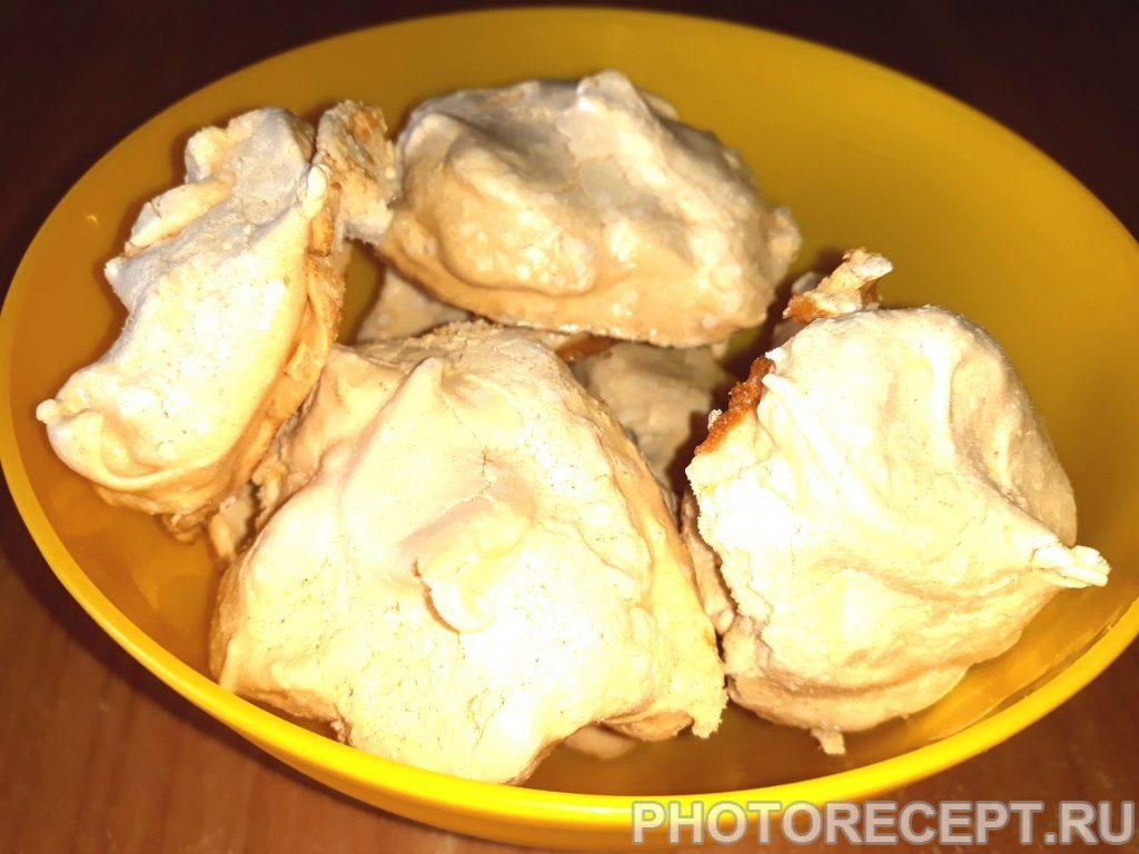 Фото рецепта - Бисквит с заварным кремом, безе и инжиром - шаг 9