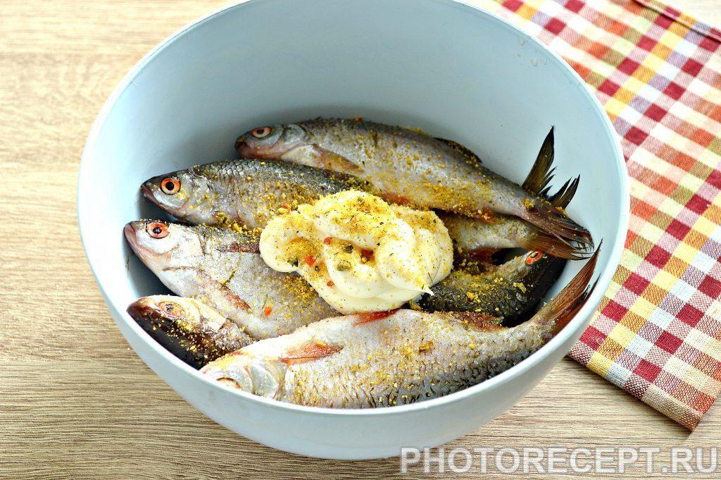 Фото рецепта - Жареная в майонезе речная рыба - шаг 3