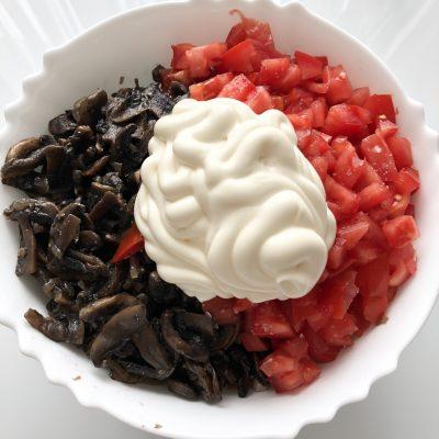 Фото рецепта - Праздничный салат с ветчиной и грибами - шаг 6