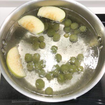 Фото рецепта - Компот из крыжовника и зелёных яблок - шаг 4