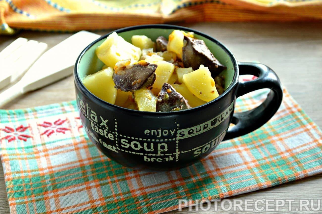 Картофель, тушеный с печенью в кастрюле