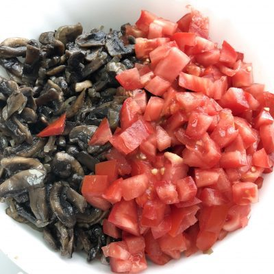 Фото рецепта - Праздничный салат с ветчиной и грибами - шаг 5
