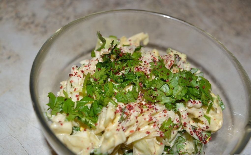 Летний салат с капустой и свежим огурцом