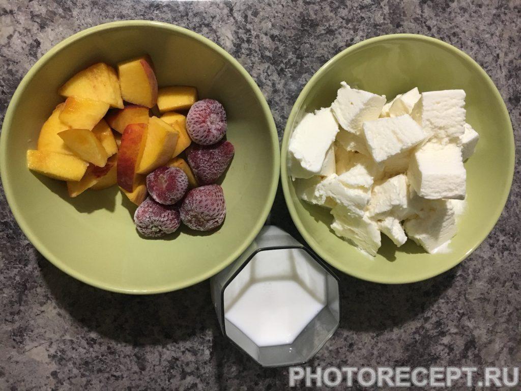 Фото рецепта - Молочный коктейль с персиком и клубникой - шаг 1