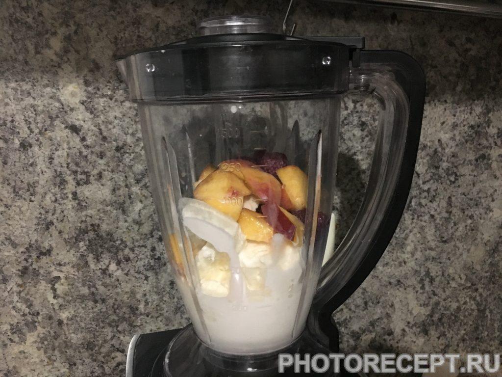 Фото рецепта - Молочный коктейль с персиком и клубникой - шаг 2