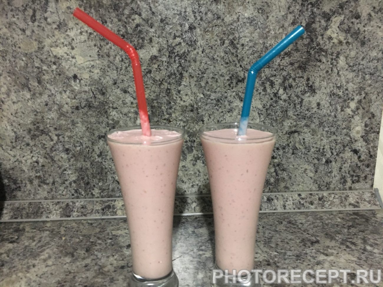 Молочный коктейль с персиком и клубникой
