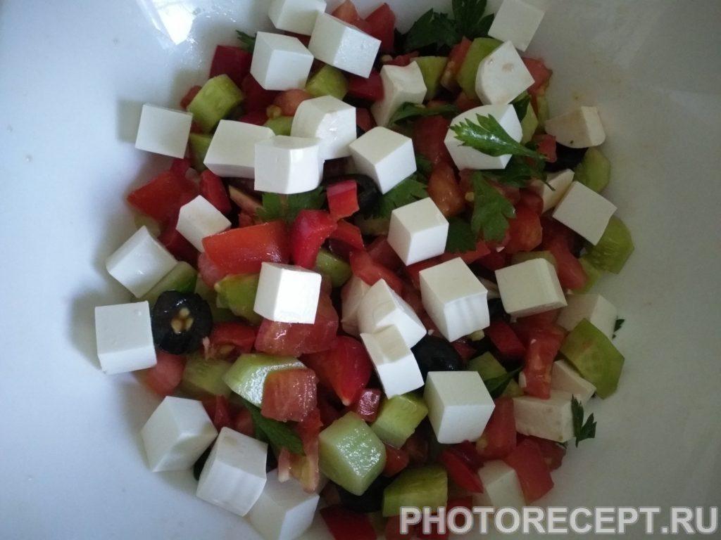 Фото рецепта - Греческий салат с сыром фетакса - шаг 7