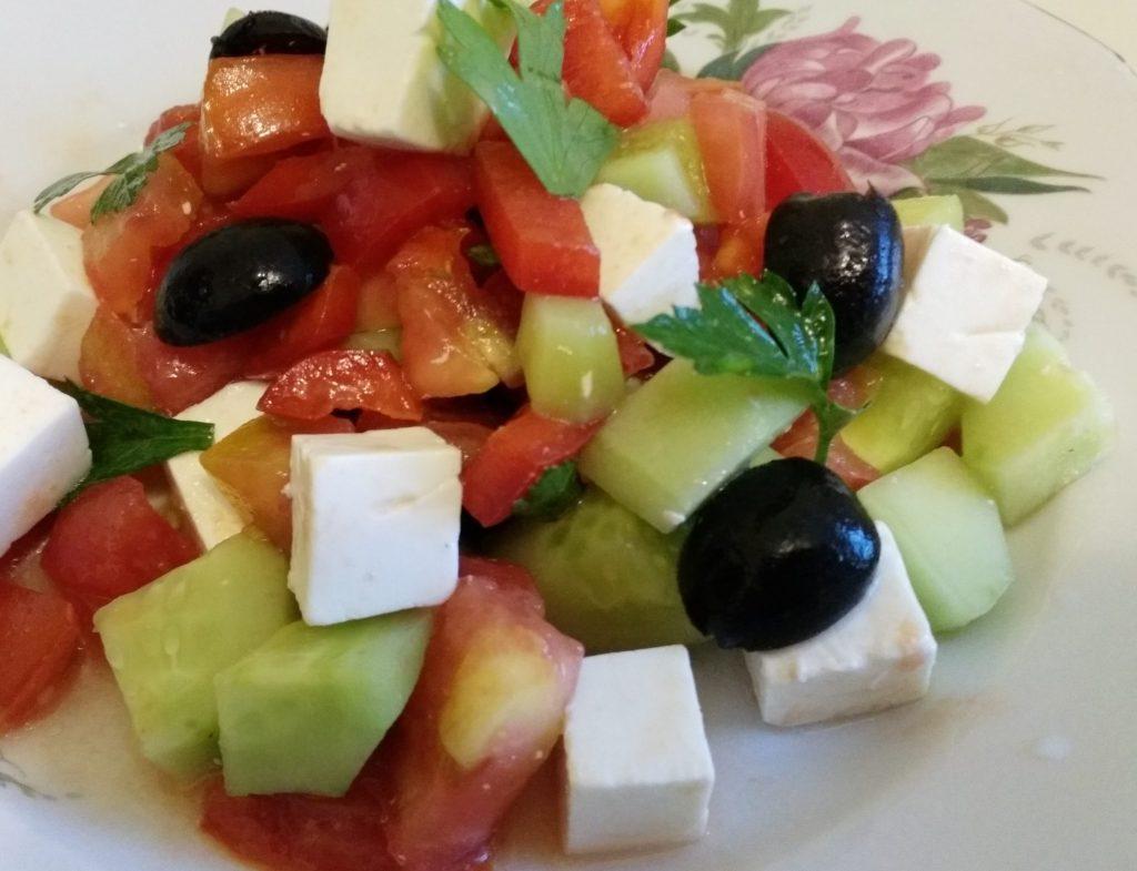 Фото рецепта - Греческий салат с сыром фетакса - шаг 8