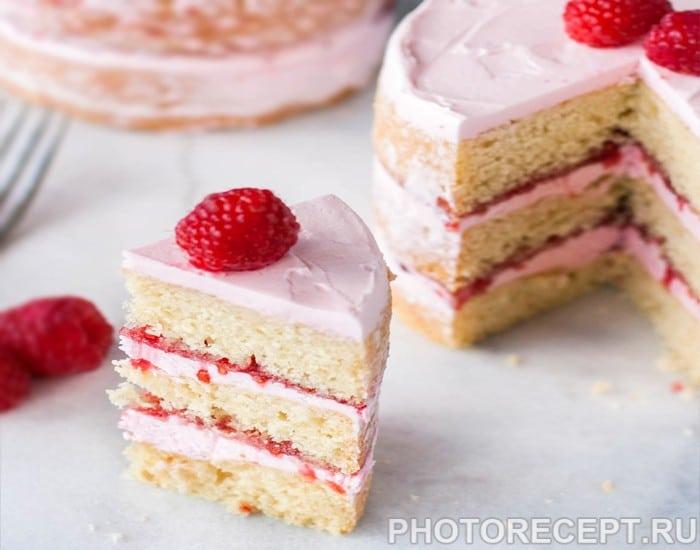 Бисквитный торт с сырным кремом и малиновым джемом