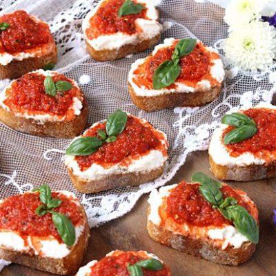 Брускетта со сладким перцем и сыром - рецепт с фото