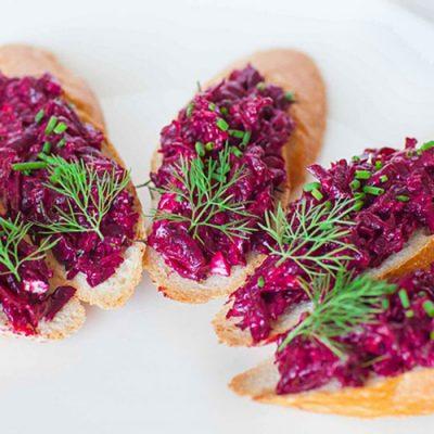 Бутербродики со свеклой и чесноком - рецепт с фото