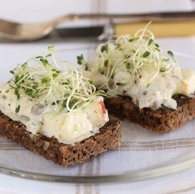 Бутерброды с салатом из сельди и яблока - рецепт с фото