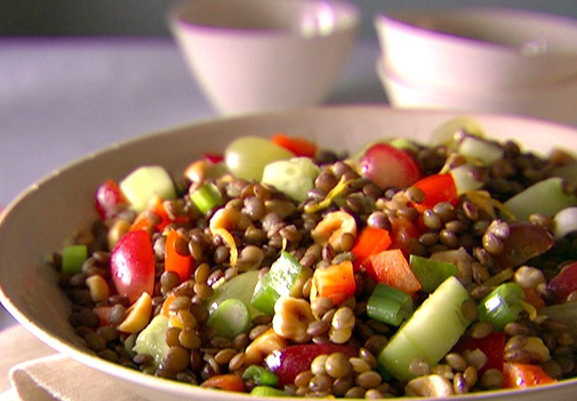 Чечевичный салат с овощами и виноградом