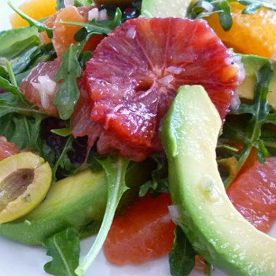 Цитрусовый салат с авокадо и рукколой - рецепт с фото