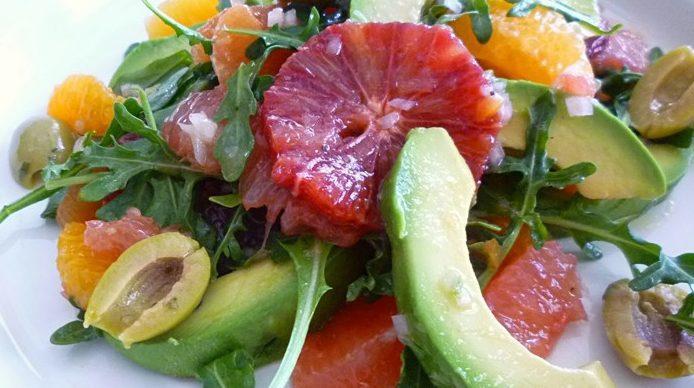 Цитрусовый салат с авокадо и рукколой