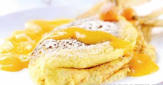 Десерт из сладкого омлета с соусом манго