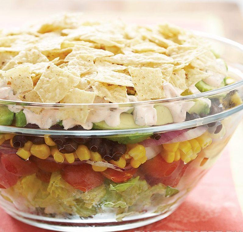 Фасолевый салат из пекинской капусты, помидор, кукурузы и авокадо