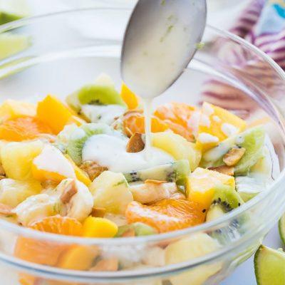 Фруктовый салат в медово-йогуртовой заправке - рецепт с фото