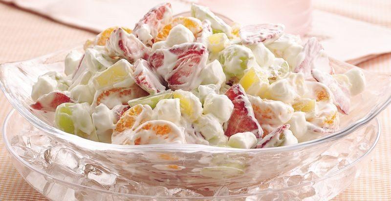 Фруктовый салат, заправленный йогуртом