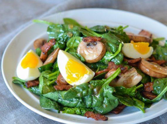 Грибной салат из шпината с яйцами