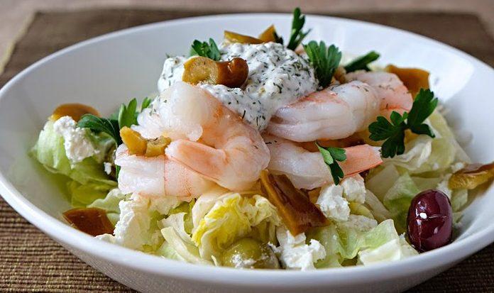 Капустный салат с креветками и сыром фета