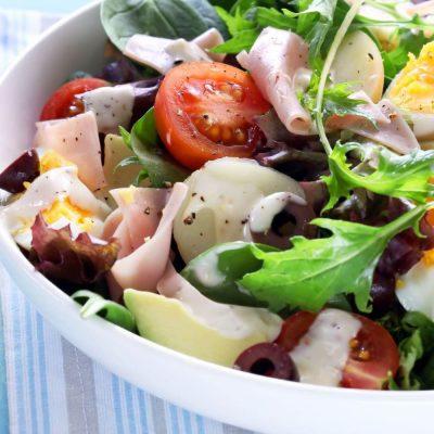 Картофельный салат с авокадо, ветчиной и яйцами - рецепт с фото