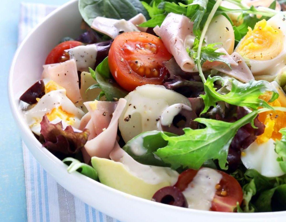 Картофельный салат с авокадо, ветчиной и яйцами