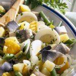 Картофельный салат со стручковой фасолью, сельдью и яичком
