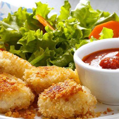 Куриные наггетсы с чесночным и томатным соусом - рецепт с фото