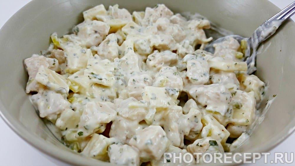 Куриный салат с сыром и солеными огурчиками