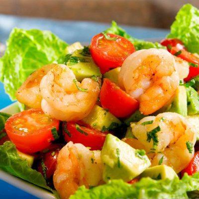 Летний салат с креветками, авокадо и помидорами - рецепт с фото