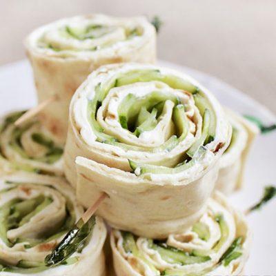 Мини-роллы из лаваша с сыром и огурцами - рецепт с фото